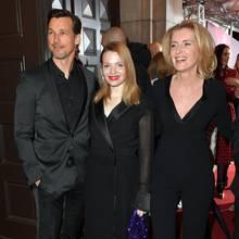 Sowohl Karoline Herfurth als auch Maria Furtwängler entscheiden sich am Abend des Bayrischen Filmpreises für einen modischen Klassiker und wählen schlichtes Schwarz. Während sich Karoline für ein Manteldress mit V-Ausschnitt und schimmerndem Kragen entscheidet, trägt Maria Furtwängler einen Hosenanzug, dessen Blazer ebenfalls mit einem V-Ausschnitt versehen ist.