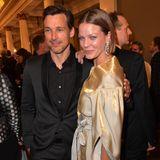 Jessica Schwarz zeigt sich am Abend des Bayrischen Filmpreises in einer schimmernden Robe in Gold und posiert für die Fotografen vertraut mit Schauspielkollege Florian David Fitz.