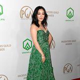Im grünen Etro-Kleid leuchten Constance Wu auf dem roten Teppich.