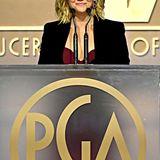 Reese Witherspoon hat sich ebenfalls vor dem roten Teppich gedrückt und ist als Präsentatorin im schwarzen Blazer und weinrotem Top nur halb zu sehen.