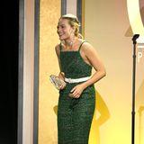 """Margot Robbie freut sich,ihren """"Bombshell""""-Produzenten den Stamley-Kramer-Award überreichen zu können. Auf dem roten Teppich hatte sie sich im grünen Hosen-Look aber nicht gezeigt."""