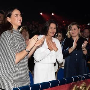 Ton in Ton zeigen sich jeweils Pauline Ducruet, Camille Gottlieb und Mama Prinzessin Stéphanie beim 44. Circus Festival in Monaco. Trotz unterschiedlicher Farben, Mustern und Materialien überlassen sie bei ihren Looks nichts dem Zufall und verzichten auf modische Experimente.