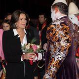 Prinzessin Stéphanie erscheint in einem weißen Ensemble und trägt bei ihrer Ankunft beim Circus Festival einen extralangen Blazer darüber.