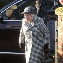 19. Januar  Queen Elizabeth erscheint vor Hillington Churchin Norfolk. Die 93-Jährige lächelt, als sie aus dem Wagen steigt. Die Botschaft an die Öffentlichkeit ist klar: Von dem am Vortag verkündeten Rücktritt von Prinz Harry und Herzogin Meghan lässt sich Ihre Majestät nicht die Laune verderben.
