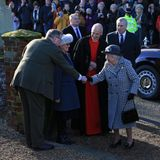 """Zum Gottesdienst wird die Queen in der Regel von einem Familienmitglied oder einer engen Vertrauten begleitet. Die Person am heutigen Sonntag verwundert allerdings: Es ist ausgerechnetPrinz Andrew, das aktuell """"schwarzeSchaf"""" der Familie (steht rechts hinter der Queen). Was die Königin sich dabei wohl gedacht hat?"""
