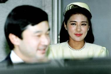 Verlobung auf Abstand: Kaiser Naruhito und Kaiserin Masako blieben bei der Verkündung vor 27 Jahren auf Distanz.