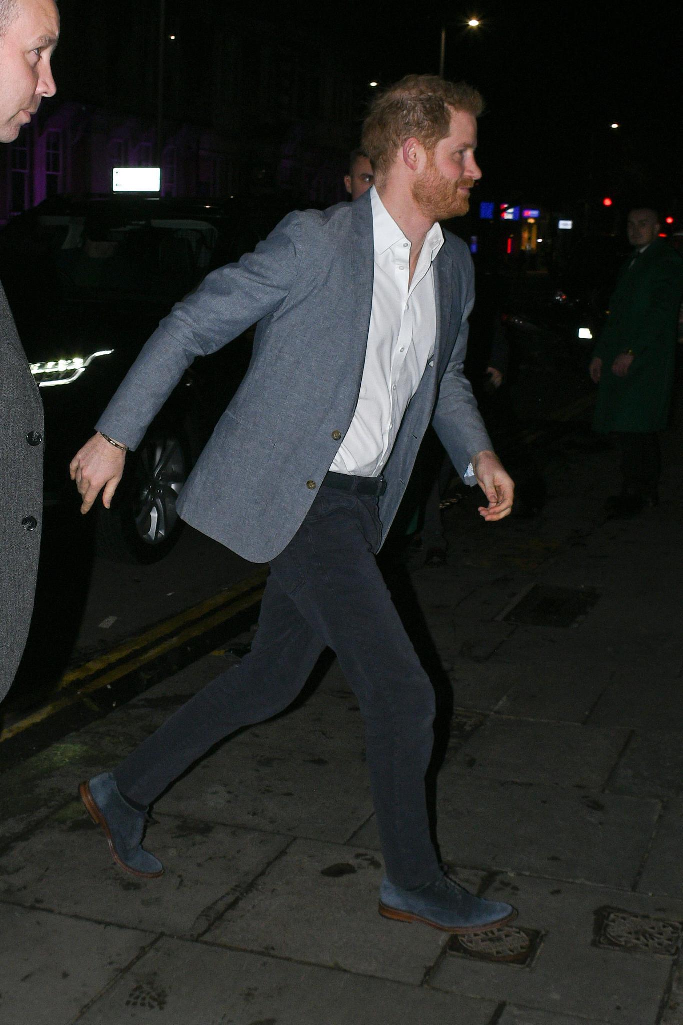 """Prinz Harry hatte es eilig, ins """"Ivys"""" zu kommen."""