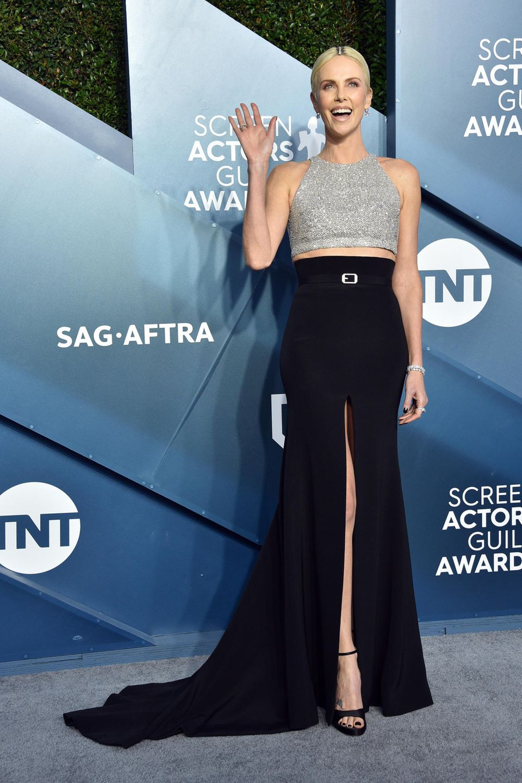 Charlize Theron hat gute Laune und sieht zauberhaft aus in Givenchy Haute Couture.