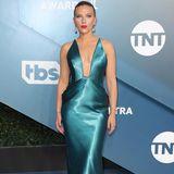 Scarlett Johansson trägt zum Metallic-Look die Haare streng nach hinten gekämmt.