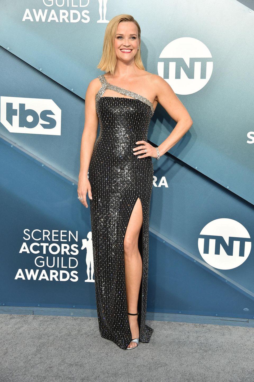 Reese Witherspoon funkelt in einer Robe von Celine. Dazu kombiniert sie Schmuck von Harry Winston.