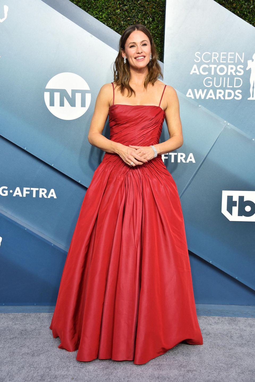 Jennifer Garner wirkt ungewohnt bieder in ihrem Outfit von Dolce & Gabbana. An ihren Ohren und dem Handgelenk funkelt Schmuck von Harry Winston.