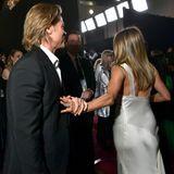Als sie weitergehen will, hält Brad Pitt noch sanft ihre Hand fest.