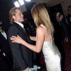 Zärtlich berührt Jennifer Aniston ihren Ex-Mann.