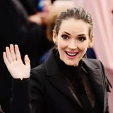 "SAG Awards 2020: Fröhlich begrüßt Schauspielerin Winona Ryder die Fans bei den diesjährigen ""Screen Actors Guild Awards"" in Los Angeles."
