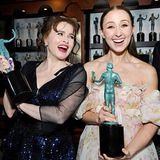 """SAG Awards 2020: Helena Bonham Carter und Erin Doherty räumen einen Preis für die Dramaserie """"The Crown"""" ab."""