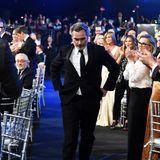 SAG Awards 2020: Unter tosendem Applaus schreitet Schauspieler Joaquin Phoenix auf die Bühne.