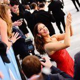 Den herzlichen Empfang ihrer Fans hält Schauspielerin Jennifer Garner gleich auf einem Selfie fest.