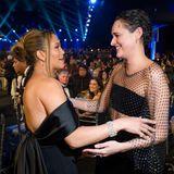 """SAG Awards 2020: Newcomerin Phoebe Waller-Bridge wird für ihre Comedyserie """"Fleabag"""" mit einem Award ausgezeichnet, und auch Jennifer Lopez gratuliert ihr zu diesem Erfolg."""