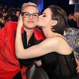 """SAG Awards 2020: Einen dicken Kuss gibt es für Patricia Arquette von """"The Act""""-Kollegin Joey King. Beide dürfen sich über eine Nominierung als beste Darstellerin in der Fernsehserie freuen."""