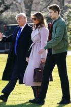 Versteinerte Mienen, frostige Atmosphäre: Auf dem Weg zu ihrem Flugzeug zeigen sich Donald, Melania und Barron Trump nicht gerade fröhlich.