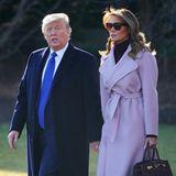 Melania trägt einen fliederfarbenen Wickelmantel von Ralph Lauren und einen schwarzen Rollkragenpullover. Bei diesem Look sind es jedoch besonders die Accessoires, die von sich reden machen...