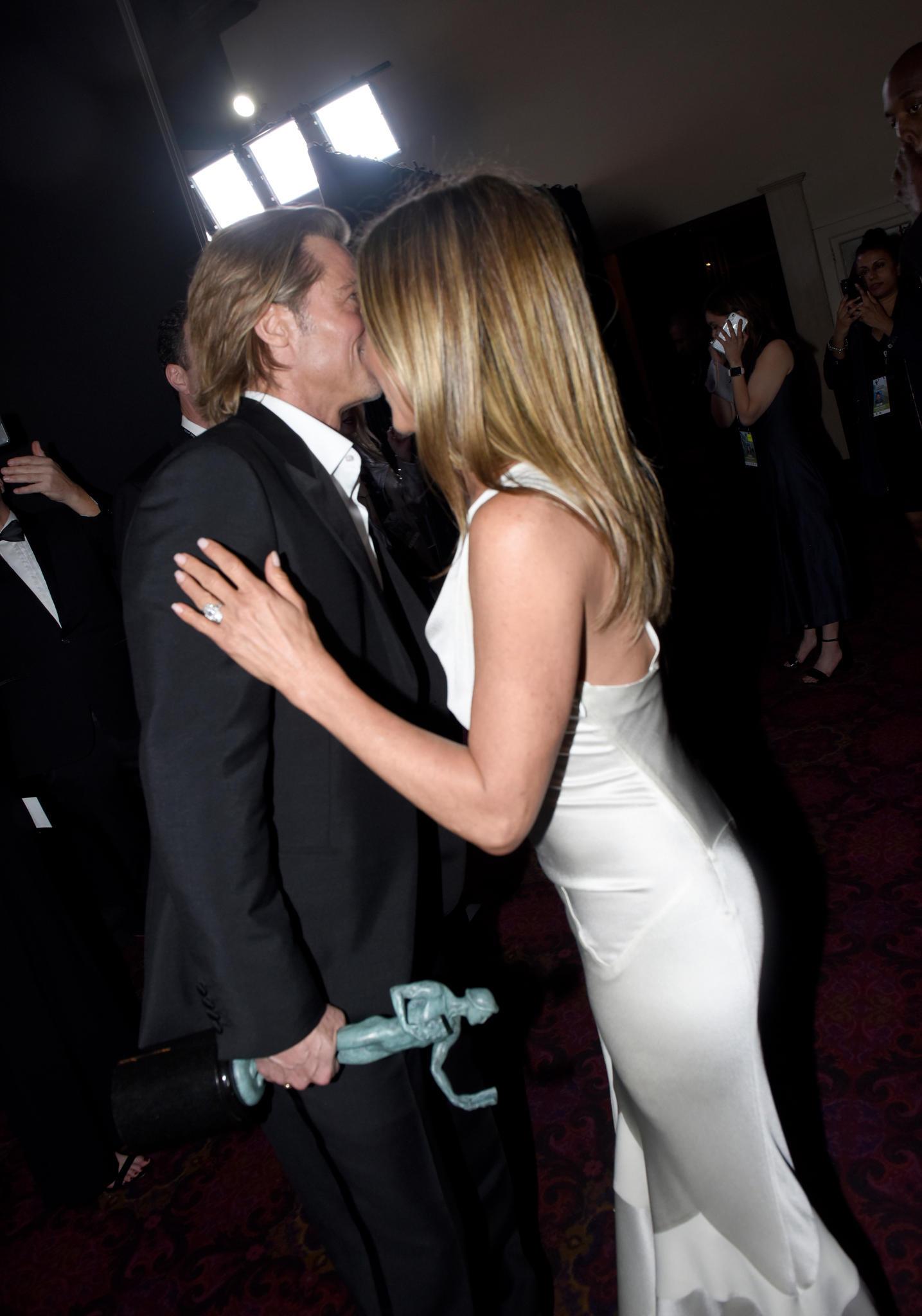 Ganz vertraut begrüßten sich Brad Pitt & Jennifer Aniston bei den SAG Awards backstage