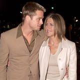 """23. Februar 2001  Eng umschlungen kommen Brad Pitt und Jennifer Aniston zuFilmpremieren wie hiervon """"The Mexican""""."""