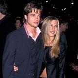 """6. Oktober 1999  Bevor er mit Jennifer Aniston zusammenkommt, ist Brad Pitt unter anderem mit Juliette Lewis und Gwyneth Paltrow liiert. Jennifer Aniston zuvor Beziehungen mit """"Ferris Bueller""""-Serienpartner Charlie Schlatter, dem Counting-Crows-Sänger Adam Duritz sowie ihrem Schauspielkollegen Tate Donovan."""