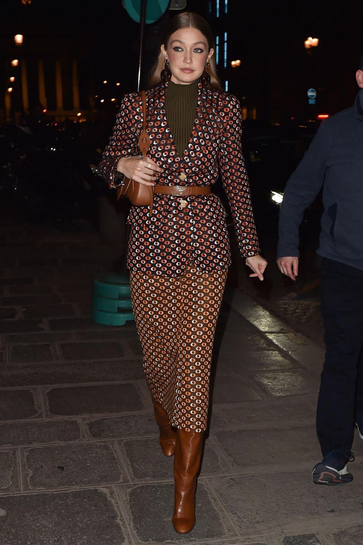 Elegant mit Mittelscheitel, Smokey-Eyes und einem wild gemusterten Zweiteiler macht sich Topmodel Gigi Hadid zur Prada Party in Paris.