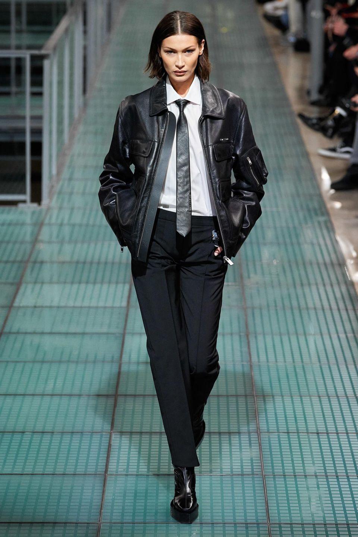 Ihre Schwester Bella macht eine großartige Figur auf dem Laufsteg der Alyx Show im Rahmen der Pariser Men's Fashion Week. Bella beweist: Auch der androgyne Look steht dem Model ausgezeichnet.