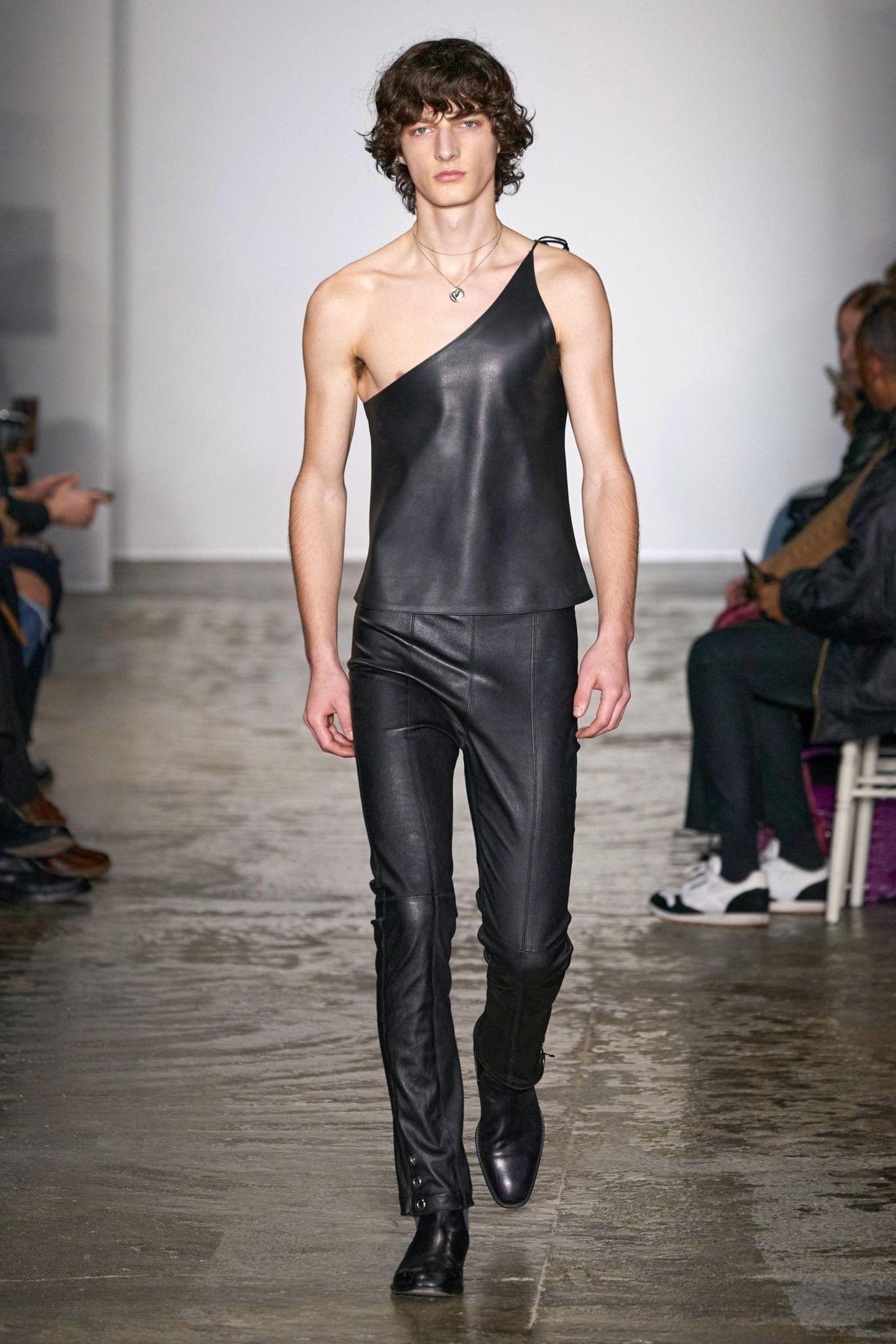 Das gilt nicht nur für die weiblichen Designs, sondern auch für die männlichen Looks, wie hier ein asymmetrisches Top aus Leder.