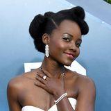 Schauspielerin Lupita Nyong'o darf bei den SAG Awards 2020 unglaublichen Diamantschmuck von Forevermark spazieren tragen. Ihre Statementohrringe haben mehr als32 Karat, die drei Ringe bringen 23 Karat auf die Waage und auch die beiden Armbänder sollen mit 33 Karat zu Buche schlagen. Gesamtwert: knapp 3,2 Millionen Euro.
