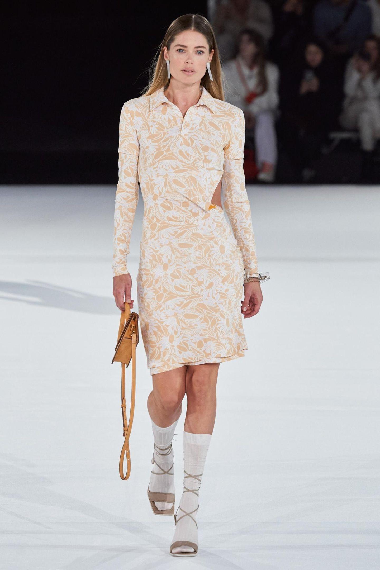 Für das It-Label Jacquemus läuft das niederländische Model Doutzen Kroes. Die Signature-Sandalen kombiniert der Designer im nächsten Jahr mit kniehohen Socken.