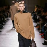 Was wäre eine Pariser Fashion Week ohne die Designs des Labels Hermès. Für die Herbst-Winter-Kollektion tragen die Male-Modelle derLuxus-Marke gedeckte Töne und Rollkragenpullover.