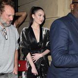 Was für eine Augenweide: Die Freundin von Sänger Liam Payne, Maya Henry, zeigt sich in einem Samt-Zweiteiler im Kimono-Style. Einziger Farbtupfer: ihre rote Schultertasche.