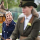 "9. Mai 2019  Stolze Mama: Sophie begleitet ihre Tochter Louise, eine begeisterte Reiterin, zur Royal Windsor Horse Show in Windsor. Der Teenager belegt Platz drei in der Kategorie ""Private Driving Class""."