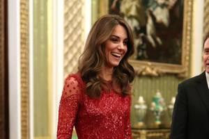 """Wow, Herzogin Catherine präsentierte sich beim Empfang im Rahmen des """"UK-Africa Investment Summit"""" imBuckingham Palast am Montagabend (20. Januar) in einem knalligen Rot. Das knöchellange Abendkleid von """"Needle and Thread"""" wirkt glamourös, strahlt durch die durchsichtigen Partien mitGlitzer aber auch Sexyness aus. Zudem Dress wählte Catherine die farblich passenden Pumps."""