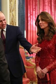 Zudem Ballkleid trägt Kate farblich passende Wildlederpumps von Gianvito Rossi und die Casa-Clutch von Jenny Packham.