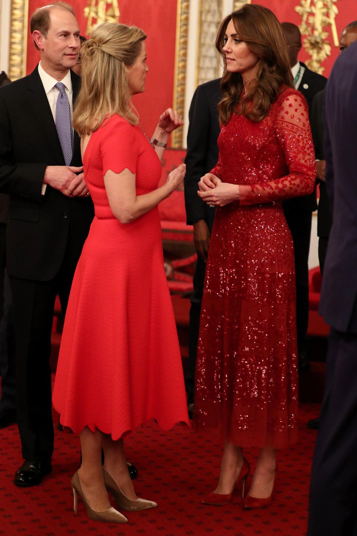 """Zufall oder abgesprochen? Beim Empfangdes """"UK-Africa Investment Summit"""" im Buckingham Palastam Montag (20. Januar) wählten Sophie, Gräfin von Wessex, und Herzogin Catherine beide Kleider in knalligemRot."""
