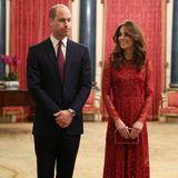 Auch Catherine setzt an diesem Abend auf Rot. Sie trägt ein glitzerndes Kleid von Needle & Thread. Der Schnitt betont ihre schmale Silhouette, die Accessoires passen perfekt!
