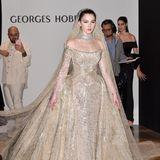 In einem opulenten Hochzeitskleid, dass in über 300 Arbeitsstunden gefertigt wurde, zeigt sich Maya Henry auf der Fashionshow des libanesischen DesignersGeorges Hobeika.