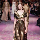Was wäre die Pariser Fashion Week ohne die Haute Couture Shows namhafter Designer? Beim Luxuslabel Dior bekommen wir wunderschöne Roben zu sehen mit einem klaren Trend: Metallic.