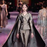 In einem Zweiteiler mit raffinierten Cape - ebenfalls in Metallic - schreitet das Model von Dior über den Runway.
