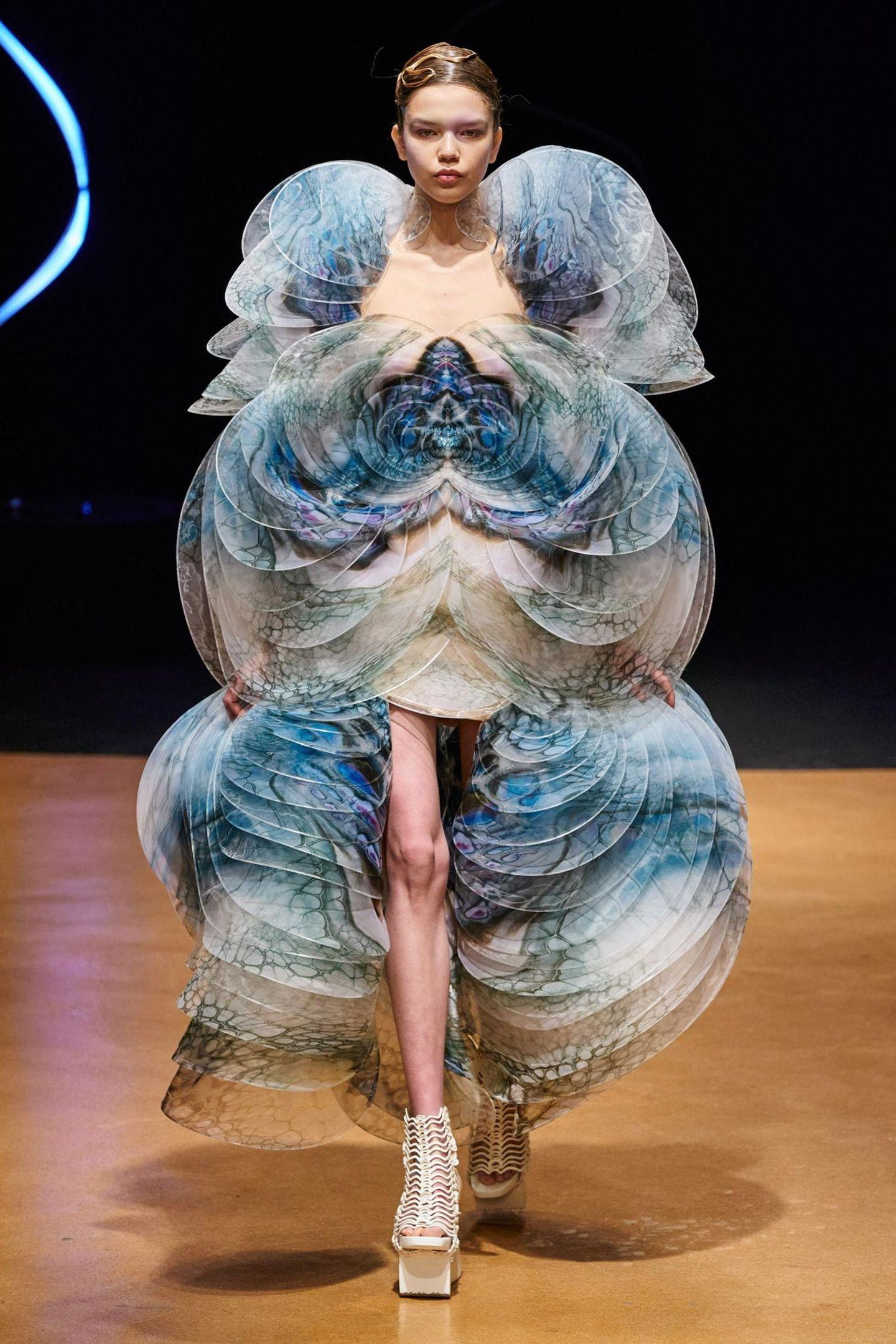 Die niederländische Designerin Iris van Herpen besticht in Paris mit extravaganten Designs, wie dieses Kleid, das an eine Raupe während ihrer Verpuppung erinnert.