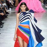 Ebenfalls bei Schiaparelli gesehen: Ein asymmetrisches Kleid in Regenbogen-Farben.