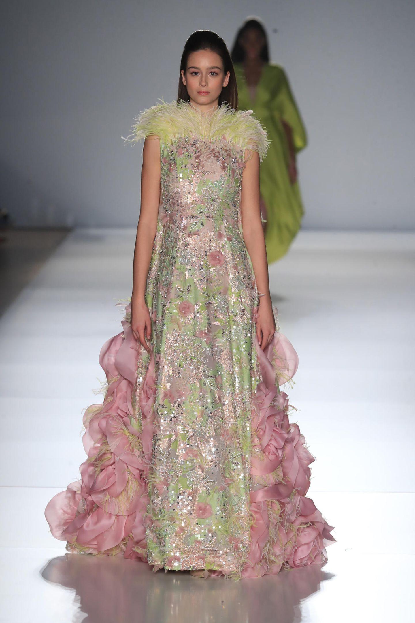Ralph & Russo zeigt während seiner Haute Couture Show Roben mit Federeinsätzen und Strass-Applikationen.