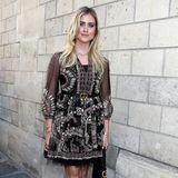 Valentina Ferragni, hier komplett in einem Look von Dior, schaut sich die neuesten Roben des Luxuslabels in Paris an.