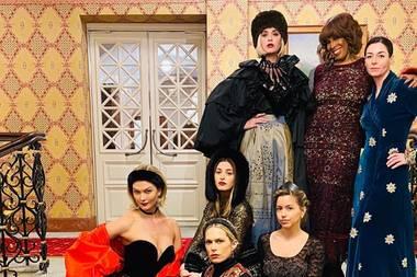 """Drama, Baby! Bei der Luxushochzeit von Dasha Zhukova und Stavros Niarchos geben die VIP-Gäste alles. Karlie Kloss, Erin Foster, Katy Perry und Mary McCartney geben bei ihrem Motto-Outfits """"Russland"""" wirklich alles."""