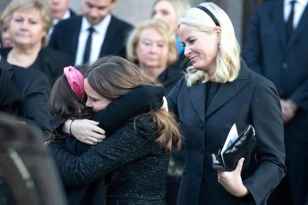 Prinzessin Ingrid Alexandra spendet ihrer Cousine Maud Angelica Trost auf derTrauerfeier für ihren Vater Ari Behn