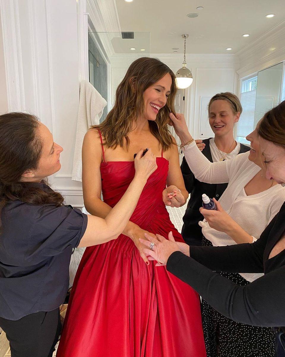 Assistenten richten Jennifer Garners Kleid